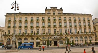 Bordeaux Hotel with a small main entrance